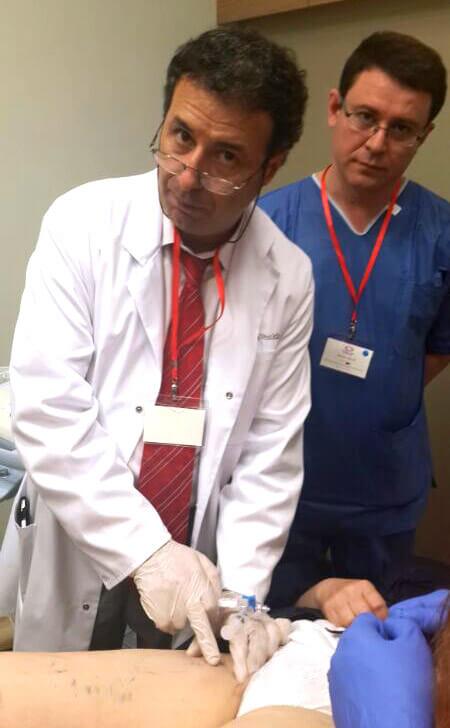 Атиллио Кавецци выполняет микропенную склеротерапию под УЗИ контролем